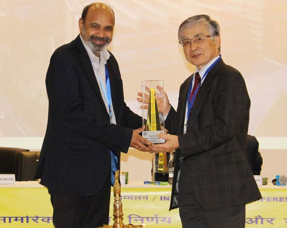 Director CSIR-CGCRI presents a memento to Dr Tatsuo Oyama, ational Graduate Institute for Policy Studies, Japan during SMDTDS-2020